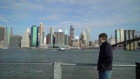 Молодой человек смотря небоскребы сток-видео