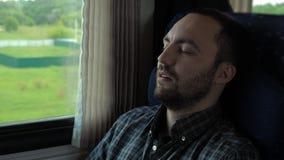 Молодой человек спать в поезде видеоматериал