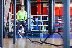 Молодой человек спортсменов делает тренировки на спортзале изолированная принципиальной схемой белизна спорта стоковые фотографии rf