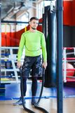 Молодой человек спортсменов делает тренировки на спортзале изолированная принципиальной схемой белизна спорта стоковое изображение