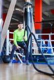 Молодой человек спортсменов делает тренировки на спортзале изолированная принципиальной схемой белизна спорта стоковое изображение rf