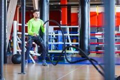 Молодой человек спортсменов делает тренировки на спортзале изолированная принципиальной схемой белизна спорта стоковая фотография rf