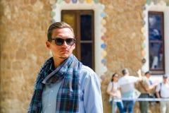 Молодой человек стоит в солнечные очки около дома пряника в g Стоковые Изображения RF