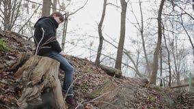 Молодой человек страдая эмоциональный кризис в парке, конец вверх по съемке острой колючей проволоки видеоматериал