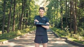 Молодой человек с бионической рукой в парке Футуристическая человеческая концепция киборга