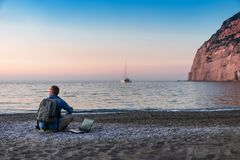 Молодой человек с деятельностью ноутбука на пляже Свобода, удаленные концепции работы, фрилансера, технологии, интернета, перемещ стоковая фотография