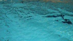 Молодой человек с изумленными взглядами и плавание крышки в открытом море бассейна, крытом Спортсмен плавает в чистой воде  сток-видео