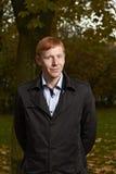 Молодой человек с подрезанными яркими красными волосами Стоковое Фото