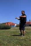 Молодой человек с рыболовной удочкой на реке в Германии Стоковая Фотография