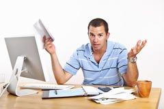 Молодой человек тревожится о задолженности и деньгах Стоковая Фотография