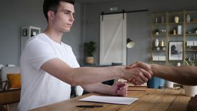 Молодой человек трястия руку