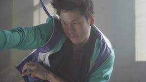 Молодой человек улицы делая движения с бедрами Тазобедренное действие r r сток-видео