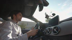 Молодой человек управляет автомобилем акции видеоматериалы