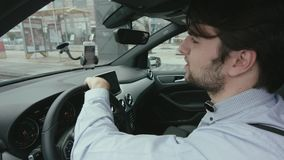 Молодой человек управляет автомобилем видеоматериал