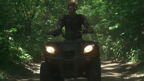 Молодой человек управляет ATV в лесе акции видеоматериалы