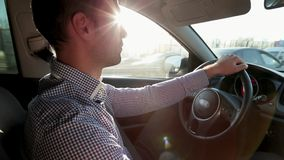 Молодой человек управляя в современном автомобиле акции видеоматериалы