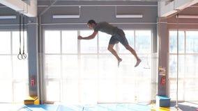 Молодой человек trampolining в парке мухы сток-видео