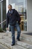 Молодой чернокожий человек на шагах смотря камеру Стоковые Изображения