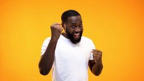Молодой черный парень показывая жест с руками, желтую предпосылку успеха стоковые изображения