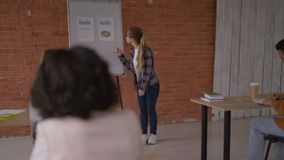 Молодой энергичный учитель водит урок в университете 4K акции видеоматериалы