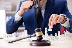 Молодой юрист играя шахмат для тренировки его стратегии и tacti суда стоковые фотографии rf