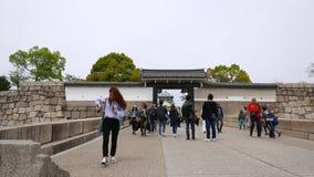 Молодой японский народ идет от замка Осака через строб otemon западный, Japen акции видеоматериалы