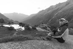 Молодой alpinist наслаждается восходом солнца после того как строгое путешествие горы Стоковое Изображение RF