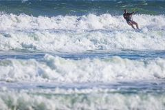 Молодой atletic прибой змея катания человека на море Стоковое Фото