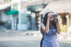 Молодой backpacker принимая фото используя винтажную камеру стоковые фотографии rf