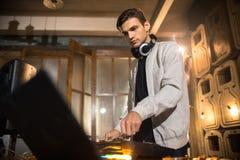 Молодой DJ играя в клубе Стоковые Изображения RF