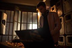 Молодой DJ играя в темном клубе Стоковая Фотография RF