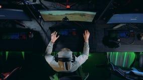 Молодой gamer играя на современном ПК Концепция Cybersport сток-видео