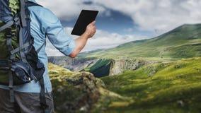 Молодой hiker путешественника с рюкзаком смотря маршрутную карту в a стоковые изображения rf