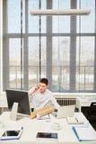 Молодой multitasking бизнесмена Стоковое Изображение RF
