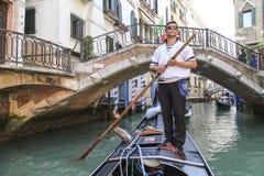 Молодой oarsman на гондоле в Венеции, Италии Стоковые Изображения