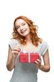 Молодой red-haired счастливый сь подарок удерживания девушки Стоковые Изображения