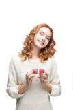 Молодой red-haired счастливый ся подарок удерживания девушки Стоковое Изображение RF