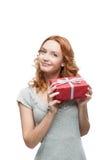 Молодой red-haired счастливый ся подарок удерживания девушки Стоковая Фотография RF