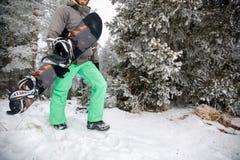 Молодой snowboarder на горе Стоковая Фотография RF