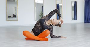 Молодой sportive танцор протягивая в студии Стоковое Изображение
