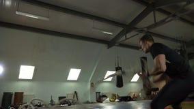 Молодой Sporty человек включен с веревочками сражения в спортзале видеоматериал