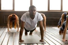 Молодой sporty чернокожий человек в представлении планки стоковые изображения rf