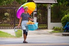 Молодой womaan carying свежий хлеб к местному рынку Стоковое Изображение RF