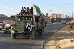 Молодости нося тележки Shaktiman в blacktopped дороге возглавленной к деревне для местного турнира стоковое изображение