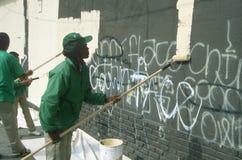 Молодости African-American крася над graffitti стоковая фотография rf
