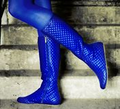 молодость голубых ботинок темная модная стоковое фото rf