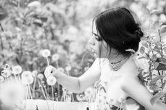 Молодость и свежесть девушка с модным составом и шарики в зеленых листьях Стоковое фото RF