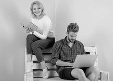 Молодость тратит отдых подготавливая для вступительного экзамена Студенты пар с изучать книги и компьтер-книжки Польза человека и стоковое фото