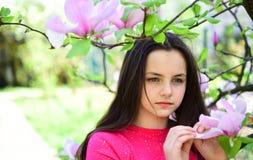 Молодо и свеже Свое время весны Прелестная игра девушки в парке с цвести цветками Милая девушка около цветя дерева стоковое изображение
