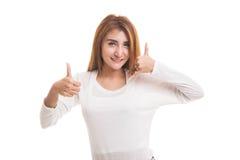 Молодые азиатские большие пальцы руки женщины вверх показывают с жестом телефона Стоковая Фотография RF